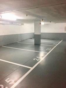 Líneas de plazas de aparcamiento y numeración en el parking